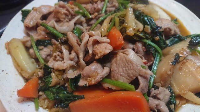 余った野菜と豚肉を炒めただけ