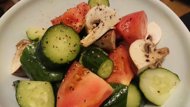トマトときゅうりとマッシュルームのサラダ