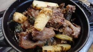 野郎飯流・牛すじと根セロリの塩煮込み、根セロリ葉のサルサベルデ