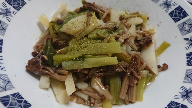 九条ねぎとじゃがいもと榎茸を酒と塩で煮たら、なんかすごいうまいやつができました。 魔改造和食。